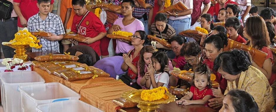 Chia sẻ kinh nghiệm hữu ích về tour du lịch Thái Lan tháng 5/2019 Các tín đồ trong ngày lễ Visakha Bucha